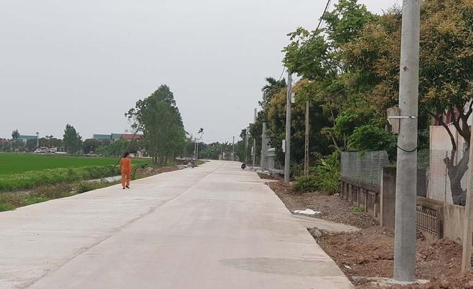 Hơn 40 cột điện mọc giữa đường giăng bẫy người đi đường đã được di dời - Ảnh 2.