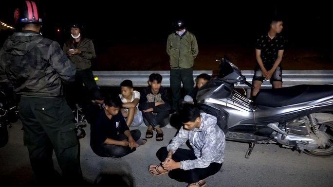 Đêm khuya, Phó Giám đốc Công an Bình Định đến hiện trường chỉ đạo vây bắt nhóm đua xe trái phép - Ảnh 2.