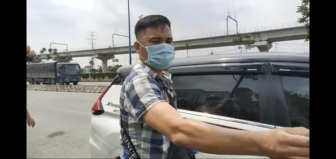 Đội CSGT Rạch Chiếc tạm giữ ôtô của  YouTuber chuyên giám sát CSGT làm việc - Ảnh 1.