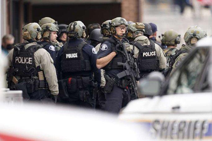 Mỹ: Xả súng trong cửa hàng tạp hóa, ít nhất 10 người chết - Ảnh 3.