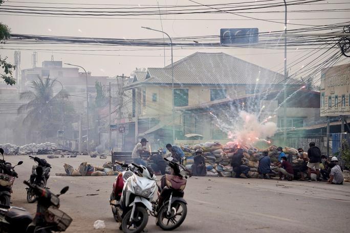 EU và Mỹ tung đòn rắn tới tấp vào quân đội Myanmar - Ảnh 1.