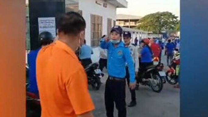 Không đeo thẻ ra vào cổng, nam công nhân bị bảo vệ đánh trọng thương - Ảnh 1.