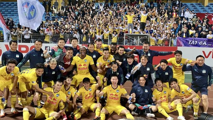 Công Phượng rạng rỡ ăn mừng chiến thắng cùng HAGL sau pha lập công đầu tiên ở V-League 2021 - Ảnh 4.