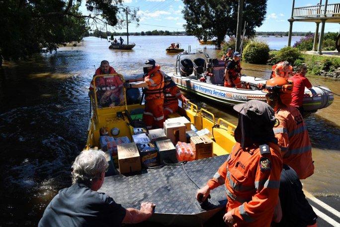 Úc: Chết kẹt trong xe hơi ngay ngày đầu nhận việc do lũ lụt kinh hoàng - Ảnh 1.