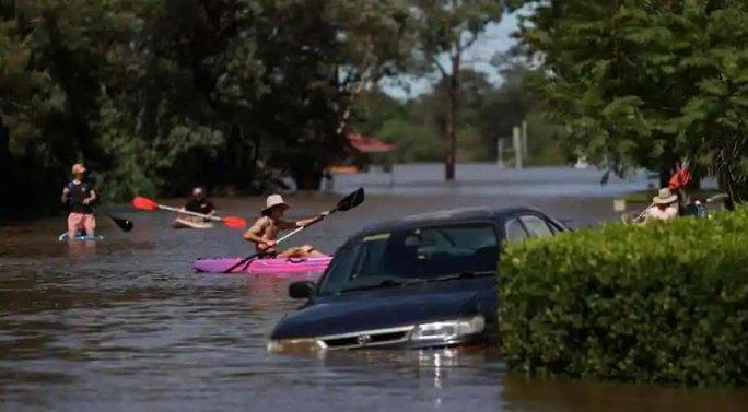 Úc: Chết kẹt trong xe hơi ngay ngày đầu nhận việc do lũ lụt kinh hoàng - Ảnh 2.