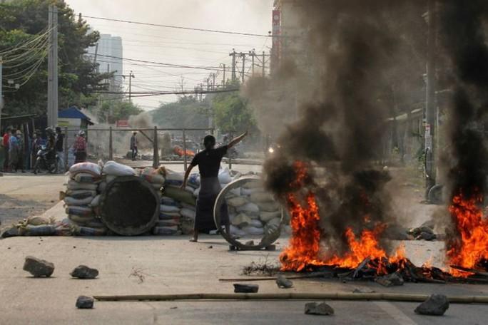 Quân đội Myanmar đổ lỗi cho người biểu tình - Ảnh 3.