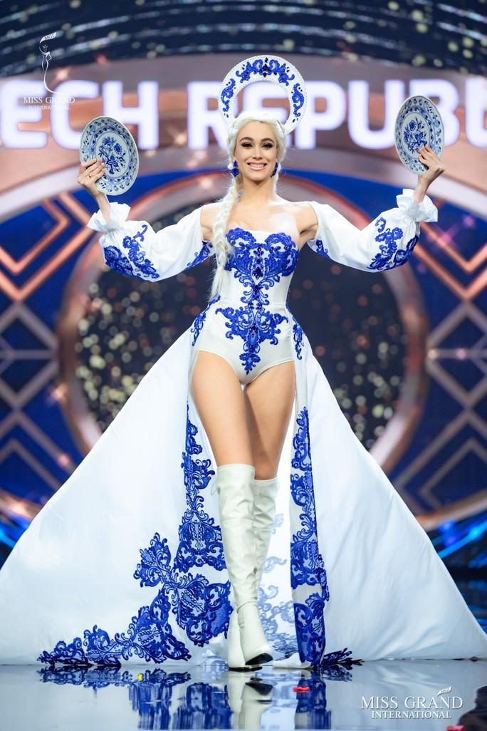 Bắt mắt với những bộ Quốc phục tại cuộc thi Hoa hậu Hòa Bình Thế giới - Ảnh 2.