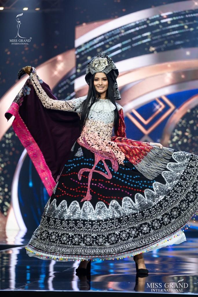 Bắt mắt với những bộ Quốc phục tại cuộc thi Hoa hậu Hòa Bình Thế giới - Ảnh 34.