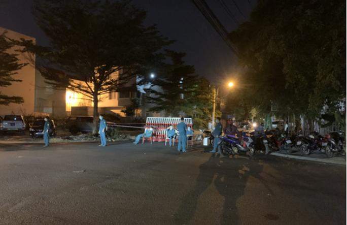 NÓNG: Bình Dương phong tỏa tuyến đường ở Thuận An có người nghi mắc Covid-19 - Ảnh 3.