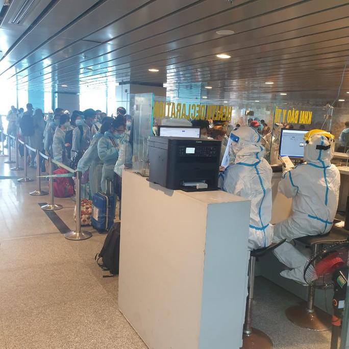 Vietnam Airlines tái khởi động bay thương mại quốc tế, hành khách được cách ly thế nào? - Ảnh 1.