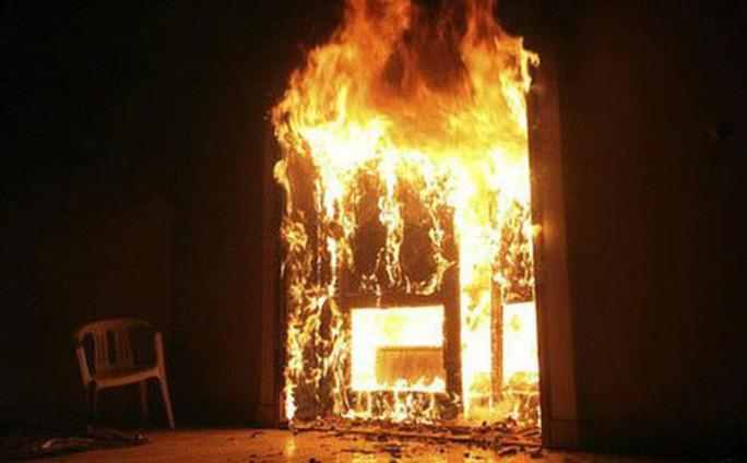 """Cãi nhau, người đàn ông mang """"bom gas"""" đến đốt nhà người phụ nữ - Ảnh 1."""