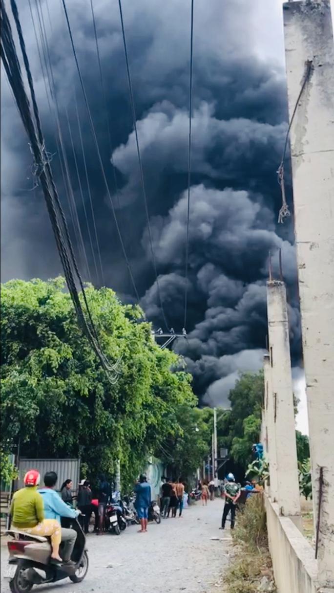 CLIP: Cháy dữ dội ở TP HCM, khói cuồn cuộn cao cả trăm mét - Ảnh 2.