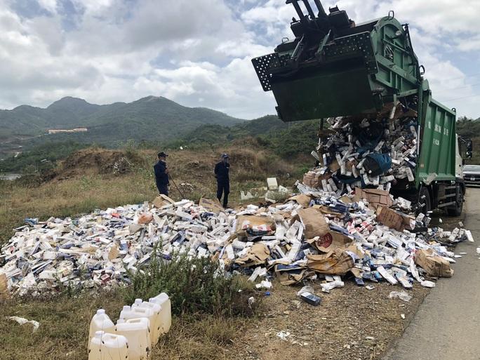 Khánh Hòa: Thiêu hủy hàng vạn bao thuốc lá nhập lậu - Ảnh 3.
