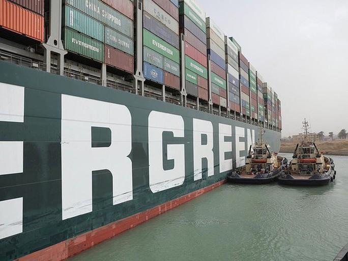Kênh đào Suez bị tàu container Ever Given chặn, thương mại thế giới ách tắc nhiều tuần - Ảnh 1.