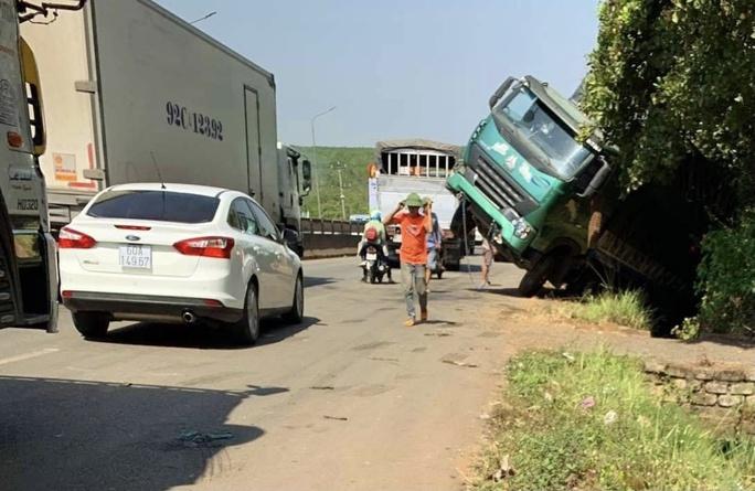 Xe tải lật nghiêng, ùn tắc kéo dài ở đèo Mẹ Bồng Con - Ảnh 1.
