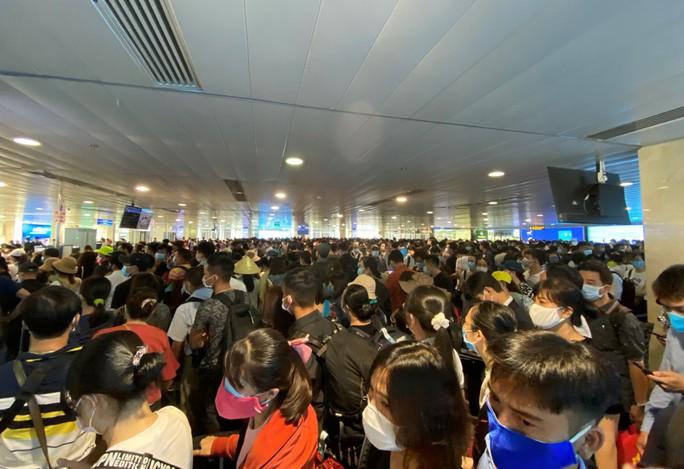 Sân bay Tân Sơn Nhất ùn tắc, Vietnam Airlines khuyến cáo hành khách đến sớm - Ảnh 1.