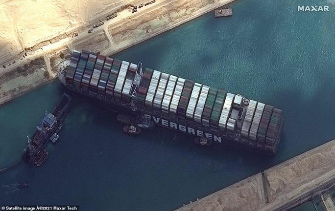 Chủ siêu tàu mắc kẹt ở kênh đào Suez đang chờ trời giúp - Ảnh 1.