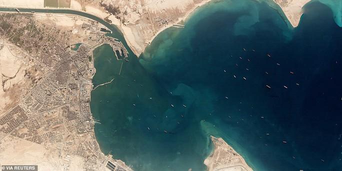 Chủ siêu tàu mắc kẹt ở kênh đào Suez đang chờ trời giúp - Ảnh 3.
