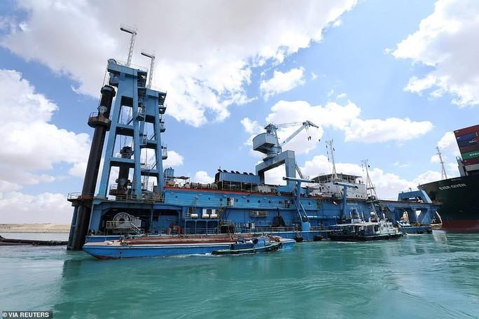 Chủ siêu tàu mắc kẹt ở kênh đào Suez đang chờ trời giúp - Ảnh 2.