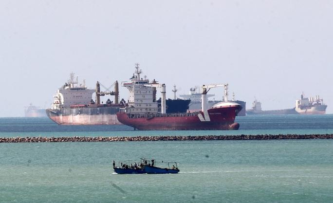 Tăng tốc giải cứu tàu mắc kẹt trên kênh đào Suez - Ảnh 1.