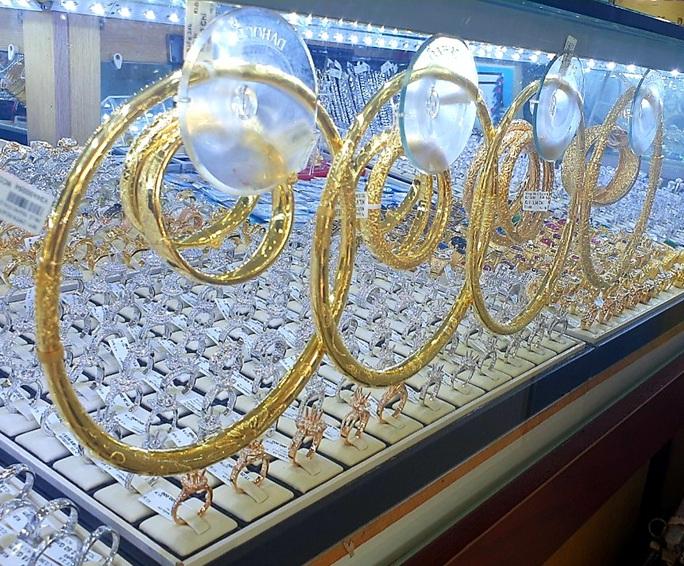 Giá vàng hôm nay 28-3: Giảm mạnh, vàng SJC về mức thấp nhất trong 1 tháng qua - Ảnh 1.