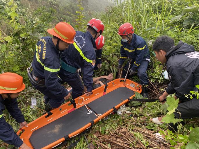 CLIP: Cứu thanh niên rơi xuống vực sâu 30m tại đèo Hải Vân - Ảnh 2.