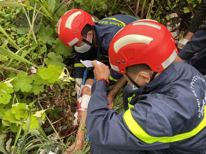 CLIP: Cứu thanh niên rơi xuống vực sâu 30m tại đèo Hải Vân - Ảnh 4.