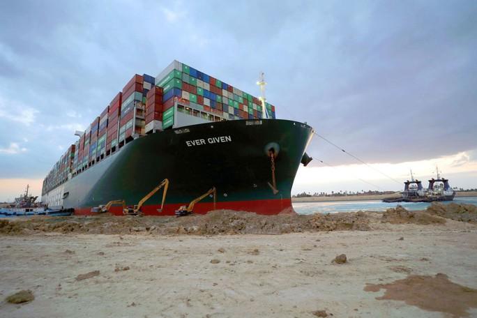 Toàn cảnh giải cứu siêu tàu mắc cạn trên kênh đào Suez - Ảnh 1.