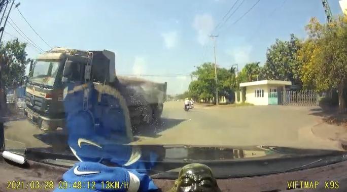 CLIP: Kinh hãi xe ben chạy tốc độ tử thần suýt đâm ôtô ở Đồng Nai - Ảnh 1.