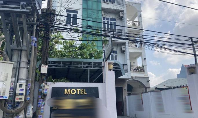 12 người Trung Quốc lén lút trú ngụ trong nhà nghỉ ở Biên Hòa bị lật tẩy lúc 23 giờ - Ảnh 1.
