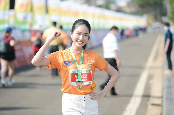 Soi nhan sắc hai hoa hậu Đỗ Thị Hà - Trần Tiểu Vy - Ảnh 14.