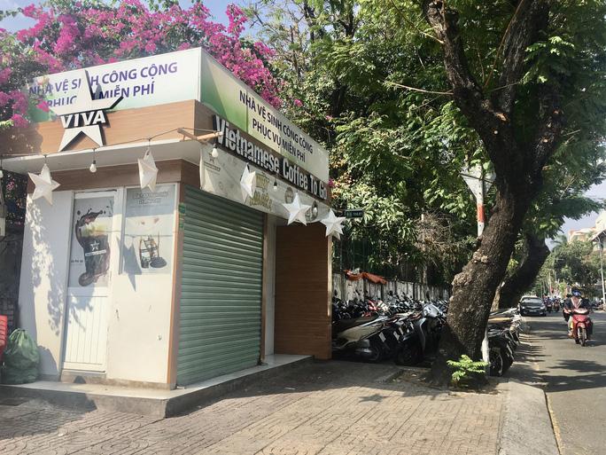 Hàng loạt nhà vệ sinh công cộng 5 sao ở TP HCM bất ngờ đóng cửa - Ảnh 1.