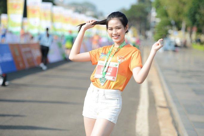 Soi nhan sắc hai hoa hậu Đỗ Thị Hà - Trần Tiểu Vy - Ảnh 10.