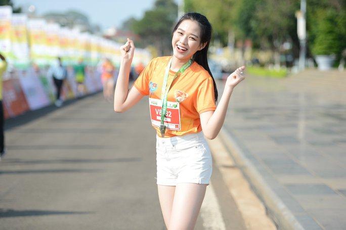 Soi nhan sắc hai hoa hậu Đỗ Thị Hà - Trần Tiểu Vy - Ảnh 7.