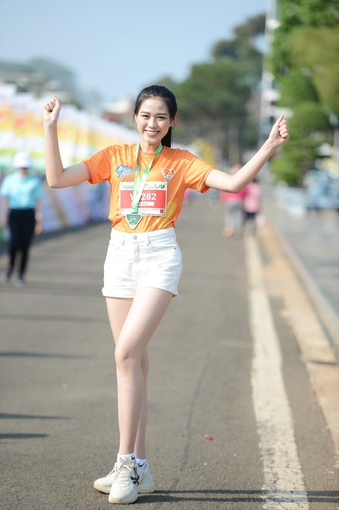 Soi nhan sắc hai hoa hậu Đỗ Thị Hà - Trần Tiểu Vy - Ảnh 8.