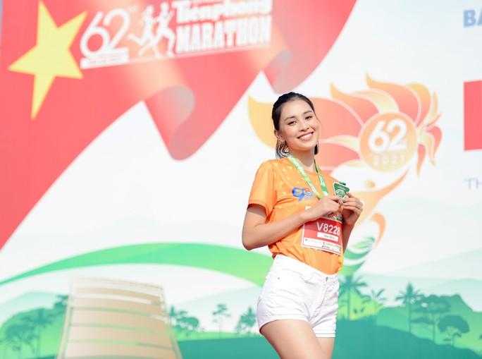 Soi nhan sắc hai hoa hậu Đỗ Thị Hà - Trần Tiểu Vy - Ảnh 6.