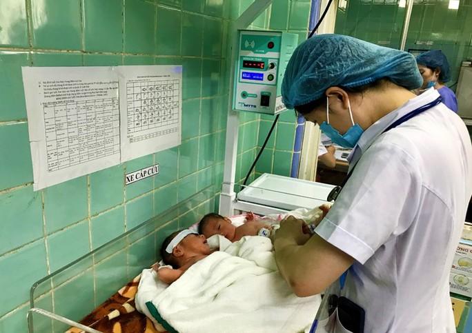 Hy hữu: Hai sản phụ ở Quảng Bình sinh cùng lúc sinh 3 hiếm gặp - Ảnh 1.