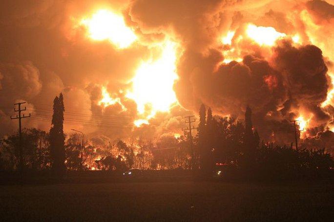 Indonesia: Nổ nhà máy lọc dầu sau vụ đánh bom nhà thờ - Ảnh 1.