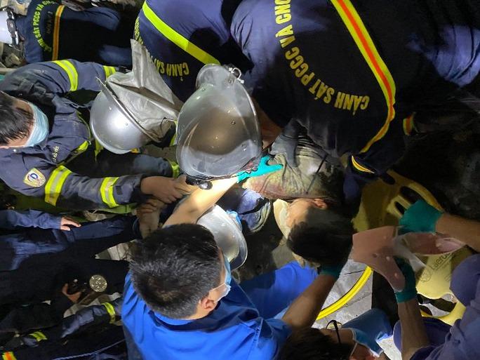 CLIP: Sập giàn giáo công trình không phép, hàng chục chiến sĩ giải cứu nạn nhân mắc kẹt lúc rạng sáng - Ảnh 3.