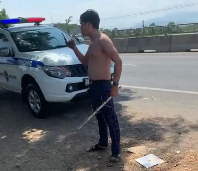 Nam thanh niên lột áo, chửi bới CSGT khi bị chặn xe - Ảnh 1.