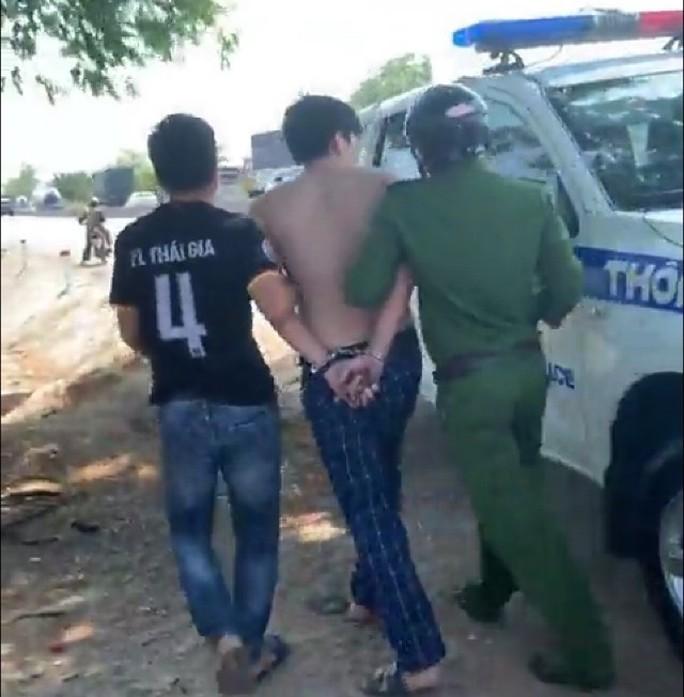 Nam thanh niên lột áo, chửi bới CSGT khi bị chặn xe - Ảnh 2.