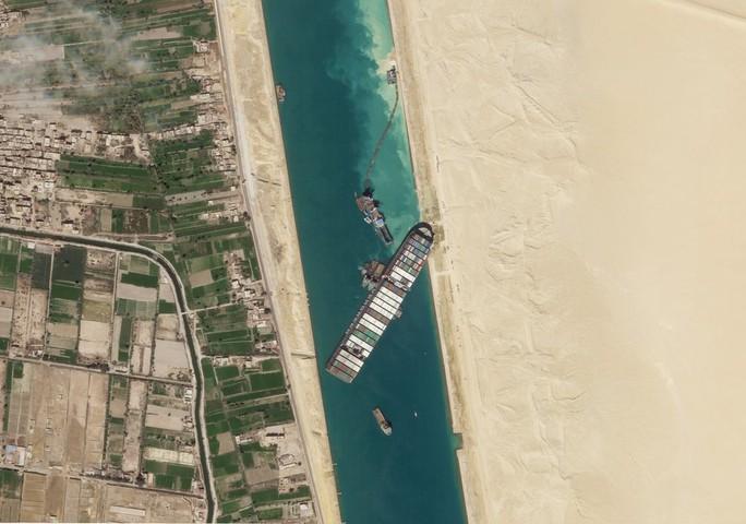Chùm ảnh hàng trăm tàu lũ lượt qua kênh đào Suez - Ảnh 1.