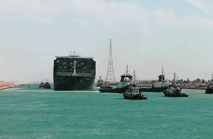 Chùm ảnh hàng trăm tàu lũ lượt qua kênh đào Suez - Ảnh 3.