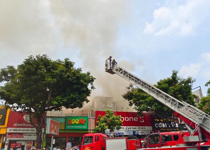 CLIP: Cháy gần trường học ở trung tâm TP HCM - Ảnh 1.
