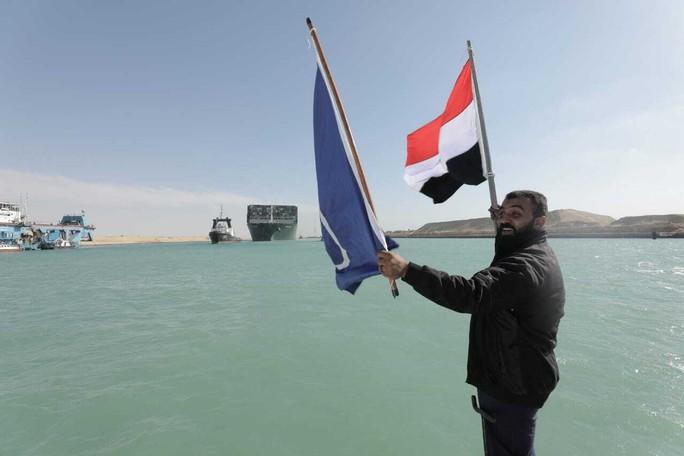 Chùm ảnh hàng trăm tàu lũ lượt qua kênh đào Suez - Ảnh 9.