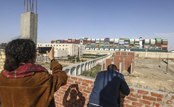 Chùm ảnh hàng trăm tàu lũ lượt qua kênh đào Suez - Ảnh 11.