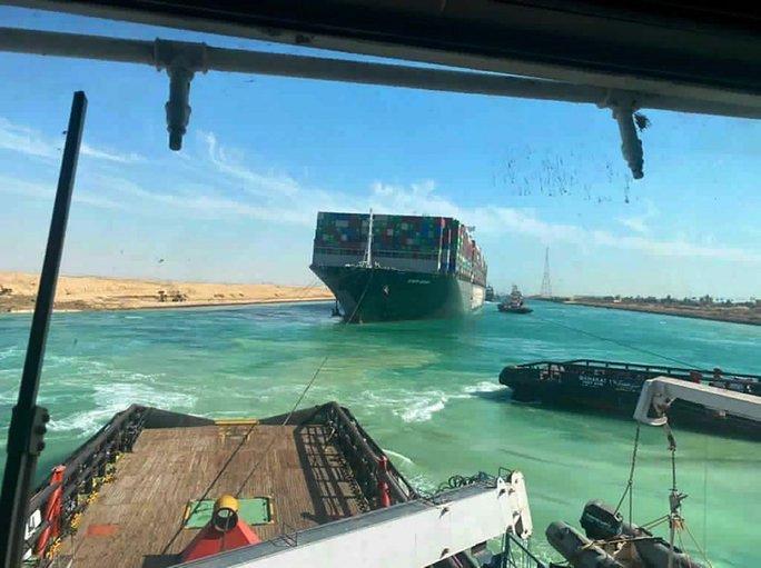 Chùm ảnh hàng trăm tàu lũ lượt qua kênh đào Suez - Ảnh 8.