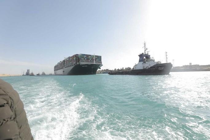 Chùm ảnh hàng trăm tàu lũ lượt qua kênh đào Suez - Ảnh 4.