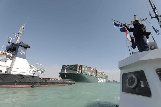 Chùm ảnh hàng trăm tàu lũ lượt qua kênh đào Suez - Ảnh 10.