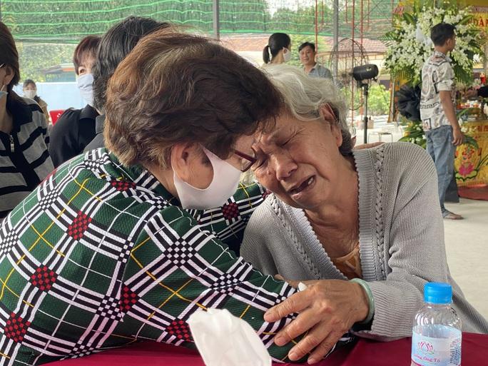 CLIP: Người mẹ 73 tuổi khóc ngất trước 6 quan tài vụ cháy nhà ở TP Thủ Đức - Ảnh 1.